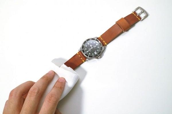 Cách khử mùi hôi đối với dây đồng hồ da